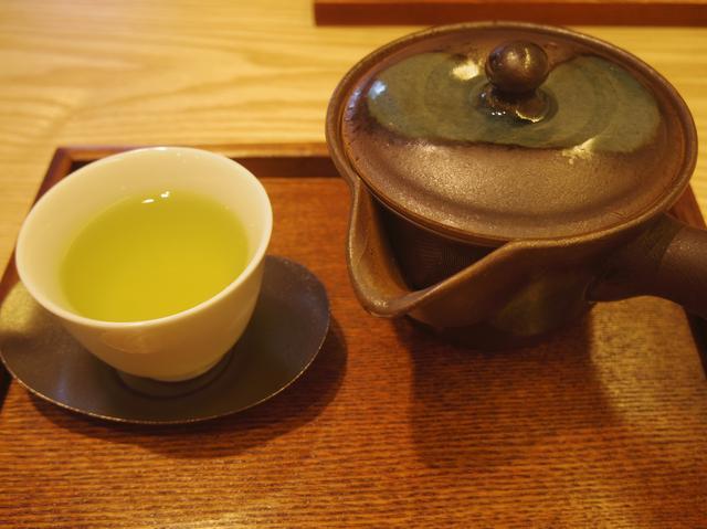 画像: 煎茶「こまかげ」。一番煎じのお茶を、最高に美味しく感じる温度帯で提供してくれる。