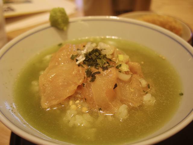 画像: 鯛の上の緑は、緑茶葉。彩りの役割を担うだけでなく、煎茶との一体感も演出する。