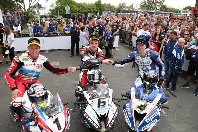 画像: 左から3位のJ.マクギネス(ホンダ)、優勝のM.ダンロップ(BMW)、そして2位のI.ハッチンソン(BMW)。この1~3位の握手スタイルは、マン島TTでは定番のものですね。 img.over-blog-kiwi.com