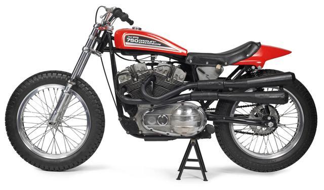 画像: 1970年にAMAのレギュレーション変更により、オーバーヘッドバルブ=500cc、サイドバルブ=750ccという不平等ルールが撤廃。それを受けてハーレーダビッドソンは、鉄シリンダーOHVの新型車、XR750を開発しました。その後1972年にはアルミシリンダーの改良型XR750がデビュー。AMAロードレースの世界では、XR(XR-TT)は日本車にかないませんでしたが、フラットトラックでは長年にわたり高い戦闘力をキープしています。 cdn.silodrome.com