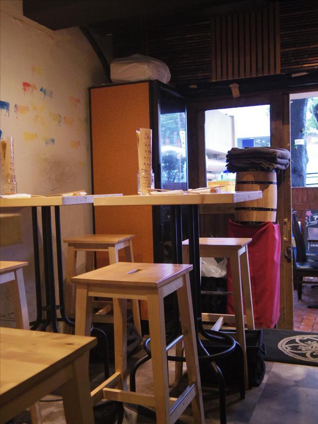 画像: バルらしく、密着度があがりそうな小さめテーブルやカウンターがある。ランチデートにもぴったり。