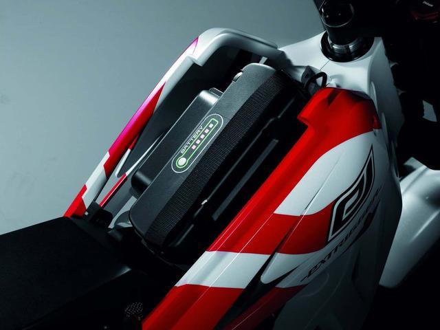 画像: 燃料タンクの位置に、バッテリーユニットが搭載されていることがわかります。 www.cycleworld.com