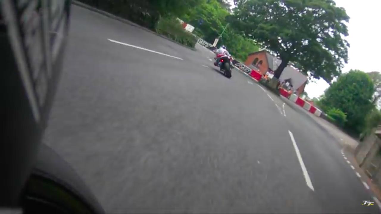 画像: 1台ずつ順にスタートする方式のTTですが、先にスタートしたアンスティ(ホンダ)を、後からスタートしたダンロップが(BMW)視界にとらえます。 www.youtube.com