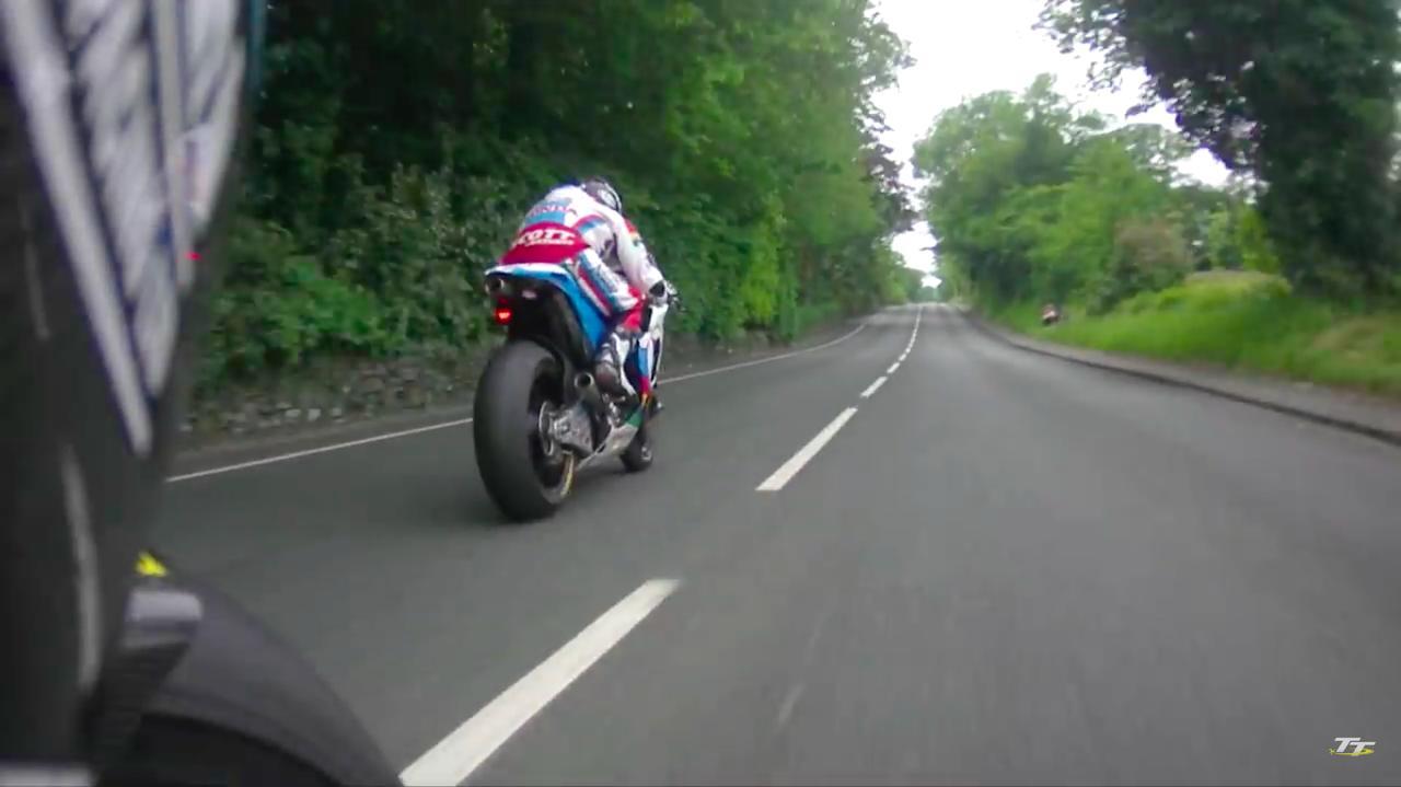 画像: RC213V-Sが全力で逃げるシーンを、これだけ長い時間見ることができるムービーは貴重ですね。 www.youtube.com