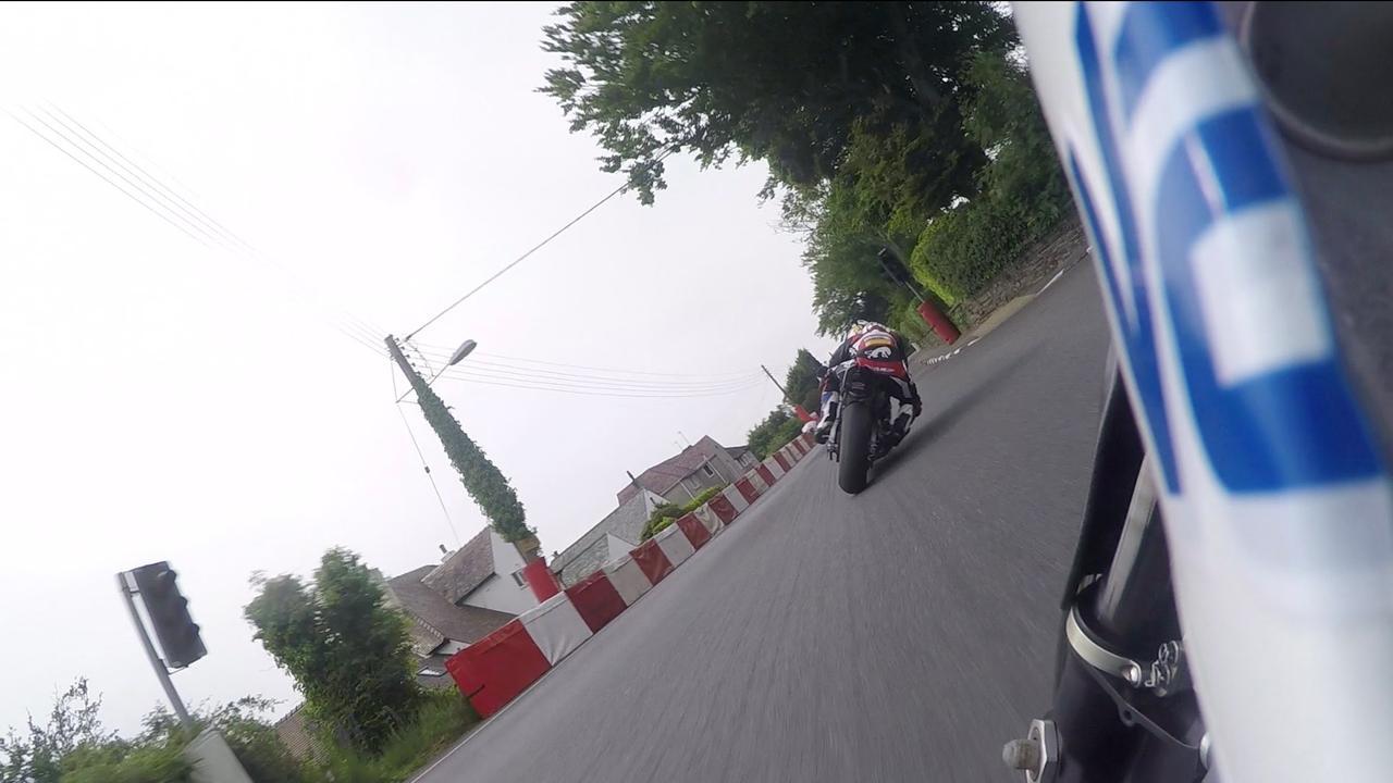 画像: Michael Dunlop hunts down Bruce Anstey in the 2016 Senior TT Race youtu.be