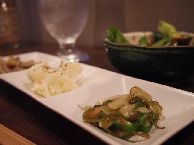 画像: 全メニューにつく前菜3種盛りとミニサラダ。