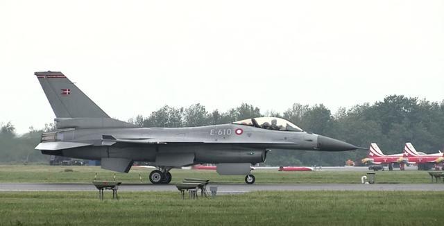 画像2: これは気になる!!アヴェンタドールと戦闘機F16のドラッグレース対決!どっちが速い??