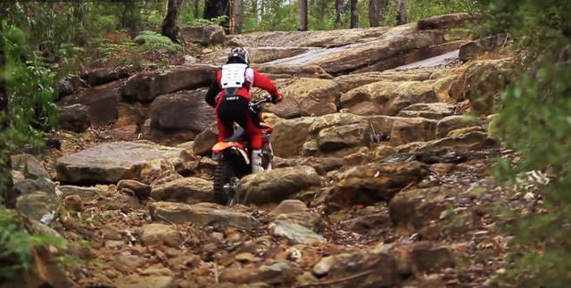 画像: こんな岩だらけの坂を一気に駆け上り・・・ youtu.be