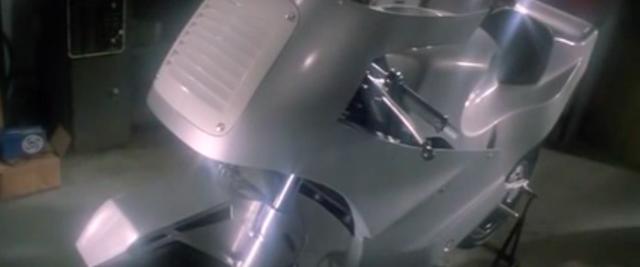 画像: レース活動がイマイチうまくいかず悩むニックの元に、兄の訃報が・・・。失意の中で兄のワークショップを尋ねると、銀色に輝く1台のマシンが・・・。これは兄が航空宇宙工学を応用して作った、GP500用のプロトタイプでした。 www.youtube.com