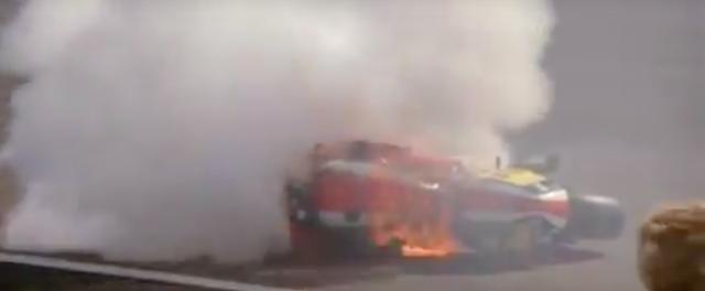 画像: むむっ!これは・・・1979年英国GPでデビューしたものの、転倒→炎上という最悪の展開となったホンダの4ストロークGPマシン、NR500(0X)です! この直前、ライダーのミック・グラントが転がるシーンも映っています。 www.youtube.com