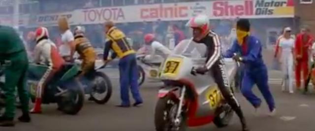 画像: 資金繰りとの苦闘を制し、ついに栄光の英国GPの舞台、シルバーストーンに出場するニックたち・・・。 www.youtube.com