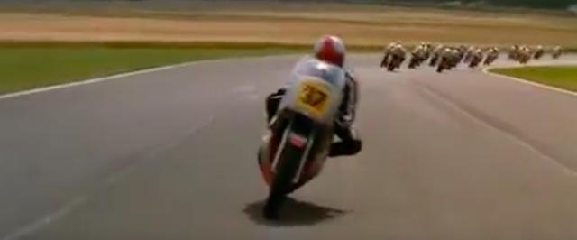 画像: 転倒続出の荒れたレース展開、ニックは満を持してシルバードリームレーサーにムチを入れてスパート! www.youtube.com