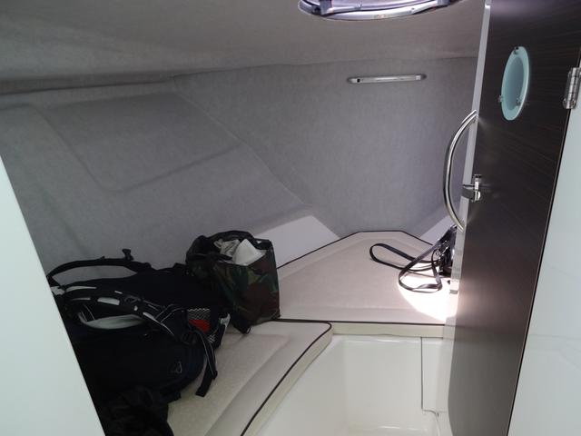 画像: 船首の中はくつろぎスペースがあり、4人は座れます。右のドアはトイレ。