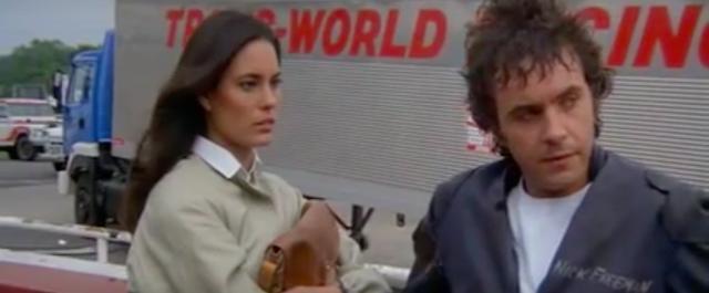 画像: ジュリー(左)はそもそもブルースのガールフレンドでしたが、次第にニックと愛し合うことに・・・。 www.youtube.com