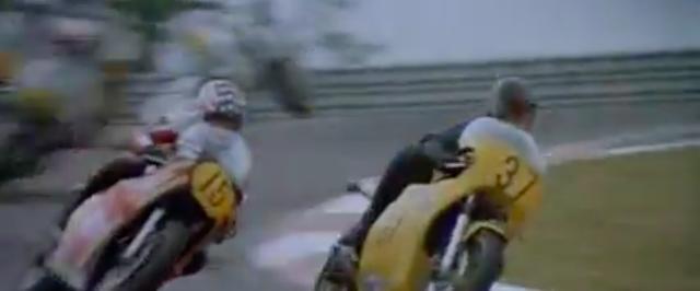 画像: ニックは荒っぽいですが、速さのあるプライベーター。この時は、市販スズキRG500を走らせますが、ピストンリング焼き付きでリタイア・・・。 www.youtube.com