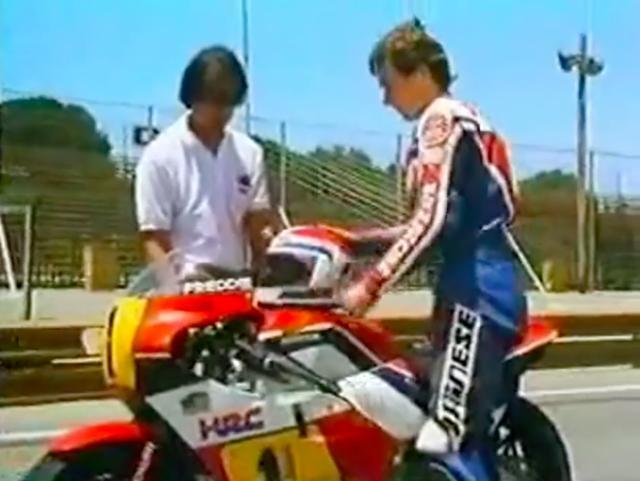 画像: 2台が去ったあと、のんびりと支度するフレディ。彼が走り出したとき、すでに300ZXがスタートして30秒以上が経過しています・・・。 www.youtube.com