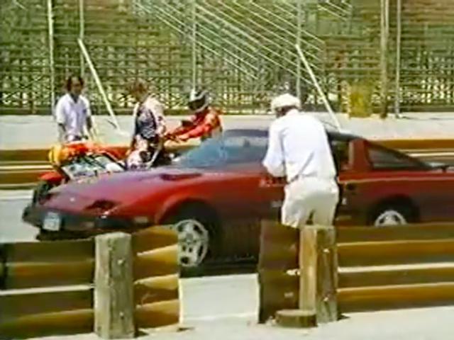 画像: 最初に300ZXがスタート、15秒遅れてセイバーが後を追います。 www.youtube.com