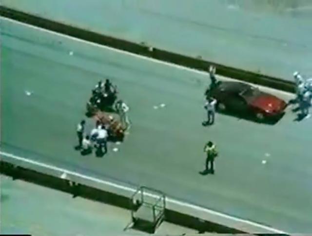 画像: ラグナセカのグリッドに待機する2台のモーターサイクルと、1台のクルマ・・・。 www.youtube.com