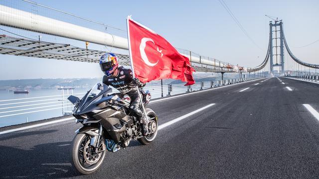 画像: 誇らしげに、トルコ国旗を手にウィニングランを披露するソフォーグル。 photos.worldsbk.com