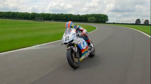 画像: 気持ち良さげに、サーキットを周回するM.ニーヴスとホンダRC213V-Sマン島TT仕様。 www.youtube.com
