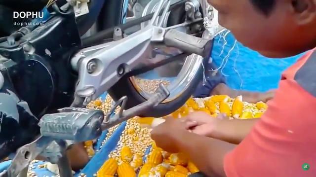 画像: そうです! 彼らはトウモロコシの実を、リアタイアを使ってそぎ落としているのです! www.youtube.com