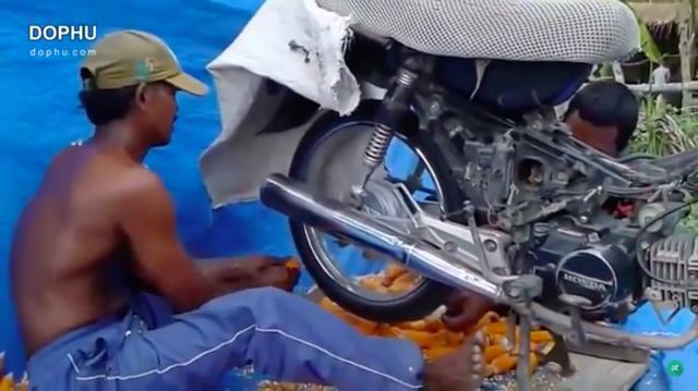 画像: アイドリング状態で後輪を回転させ、そこにあるものを押し付けています。 www.youtube.com