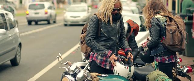 画像: 二人はスウェーデンから来たマリアとニナ。オートバイ好きの親友だそうです。