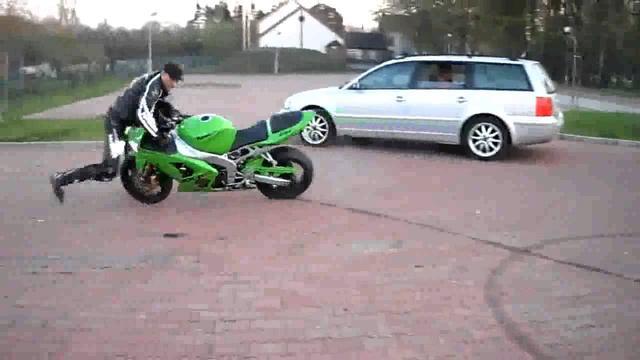 画像: 自分のバイクにひかれる男 バイク動画 HD youtu.be