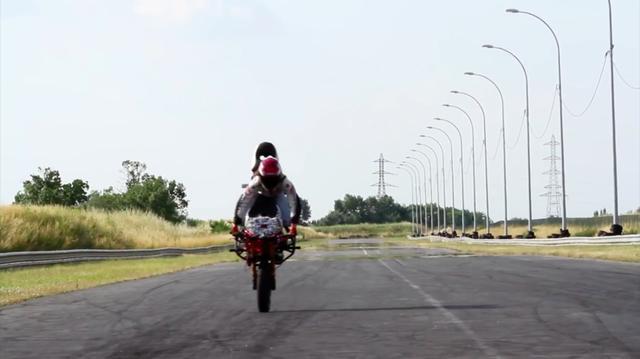 画像: ストッピー状態で直線を走るサラ。バランス感がすばらしい! www.youtube.com