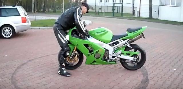画像: まさか、彼は真っ正面に立ち バイク を発進させてしまいました!