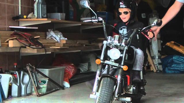 画像: 2 year old girl rides her own Harley to daycare youtu.be