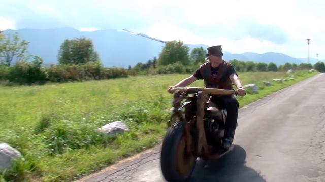 画像: 気持ち良さげな走行シーン。ワイドなファットタイヤを前後輪に履きますが、このタイヤは路面からの衝撃を吸収する役目を担っているのでしょうね。 www.youtube.com