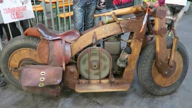 画像: 2015年に開催された、ドイツのカスタムショーで展示された木製バイク。なおフレームはオーク材を使用しているとのことです。 www.youtube.com