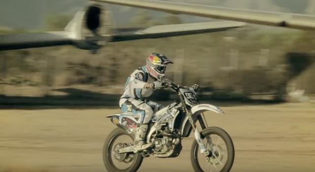 画像: 猛スピードで飛行機の間を駆け抜ける。 www.youtube.com