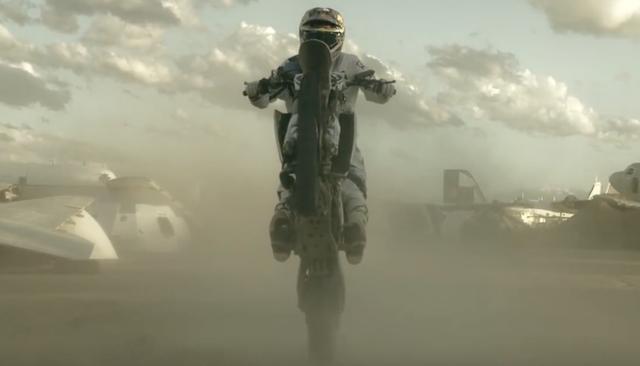画像: とある飛行場に現れたバイク。 www.youtube.com