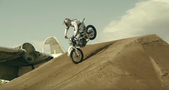 画像: 後輪を浮かして着地、そのままライディング。 www.youtube.com
