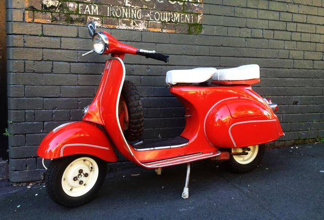 画像: 赤もいいですね。白いシートとホイールがいい感じ・・・ www.gasoline.com.au