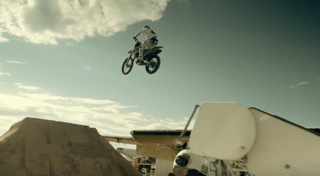 画像: 飛行機を利用して大ジャンプ! www.youtube.com