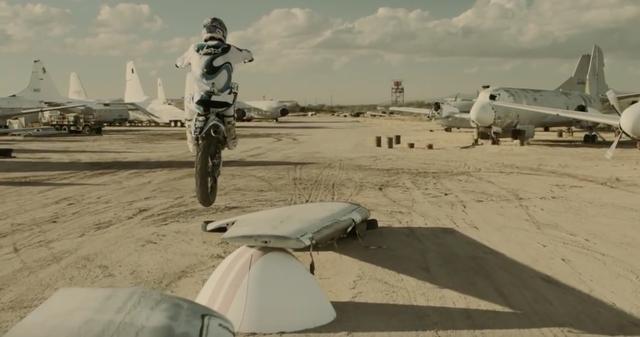 画像: 翼がなくても、バイクがあれば飛べる! www.youtube.com