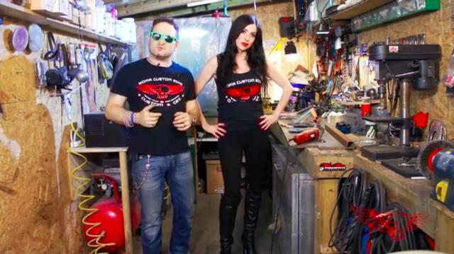 画像: こちらは前作のエピソード2。ディスクグラインダーの使い方を、こちらのお姉さんが作業を担当し、トッポいお兄さんが解説してくれます。 www.youtube.com