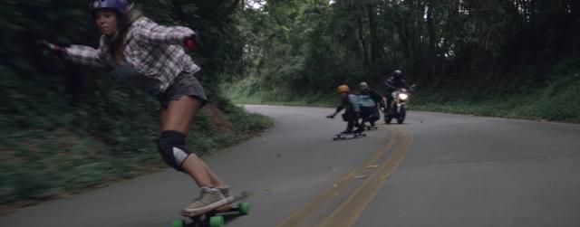 画像: スケートボードとBMWの軽やかなダンスのような走りは、実にスリリングでエキサイティング