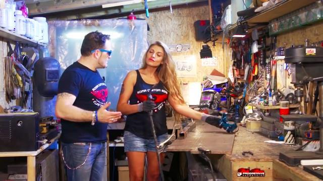 画像: 溶接作業完了! お姉さんのドヤ顔が素敵です(笑)。 www.youtube.com