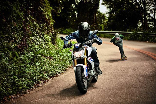画像: BMW G310Rとスケートボードの競演に痺れる。 BMW Motorradの新作動画が公開。 - LAWRENCE - Motorcycle x Cars + α = Your Life.