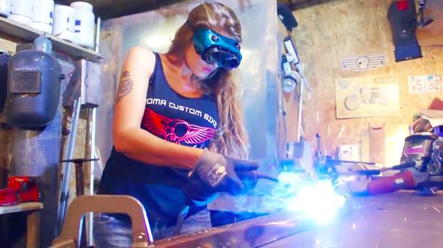 画像: MIG(半自動溶接機の一種)で、鉄材を溶接するお姉さん。腕むき出しだと、飛んできた火の粉(スパッタなど)が熱くて大変だと思いますがそんなこたぁお構いなし。さすがラテンの国? ※良い子はちゃんと体を防護して溶接作業しましょうね。ちなみに帽子を被ると、頭の上に飛んでくる火の粉でアッチッチ・・・にならなくて良いです。 www.youtube.com