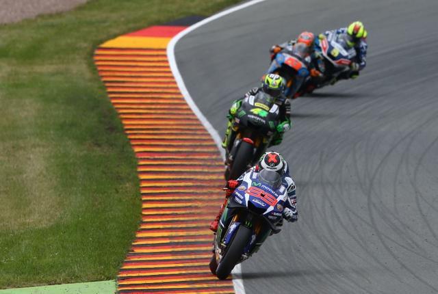 画像: このレースウィーク、今のところ良いことのないロレンソ(ヤマハ#99)ですが、決勝では復調するかどうか・・・注目です。 media.crash.net