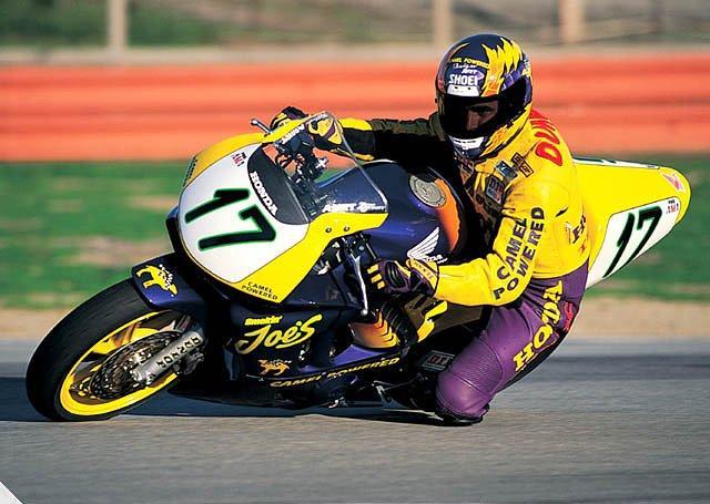 画像: 1995年、キャメルのスポンサーカラーのホンダCBR600F3で、AMAスーパースポーツ選手権を走るミゲール・デュハメル。デイトナ200マイルで5勝のキャリアを持ち、ミスター・デイトナの称号を得たライダーのひとりです。 images0.revzilla.com