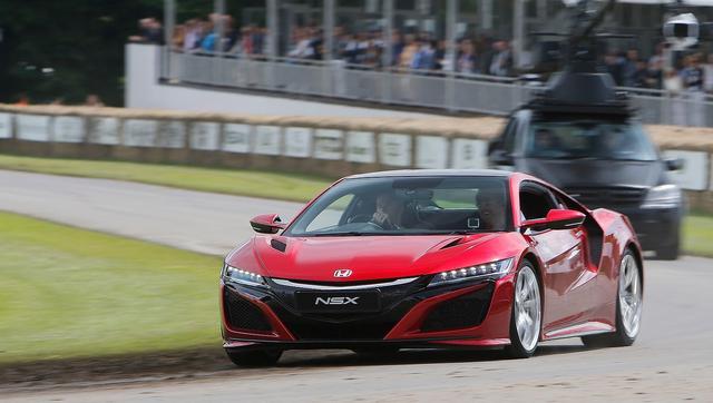 画像: Honda NSX: Our latest 360° video - Jenson Button takes Ricky Wilson for a blast in the all-new NSX. youtu.be