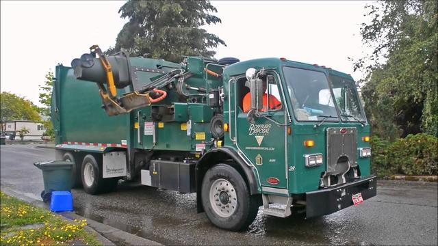 画像: 海外のゴミ収集車 車を降りずにロボットアームで収集する様子 youtu.be