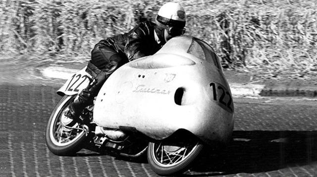 """画像: 1955年の世界GP250ccクラスのタイトルを獲得した、ヘルマン """"ハッピー"""" ミューラーとNSUスポーツマックス。ライバルは125cc系を拡大したMVアグスタのDOHC単気筒でしたが、ライバルの挑戦を退け見事市販レーサー初のプライベーターによるタイトル獲得の偉業を成し遂げました。 www.audi.com"""