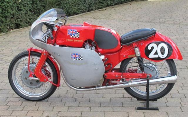 画像: プライベーター時代のマイク・ヘイルウッドが乗った、赤いNSUスポーツマックス。属する「エキュリー・スポーティブ」のロゴが燃料タンクに見えます。 i.telegraph.co.uk